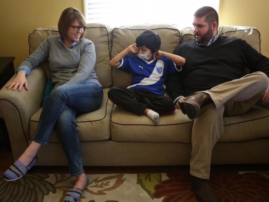 Cruz junto a sus padres,John Colvin yAimee Colvin. (Foto:Alton Strupp/The Courier-Journal)