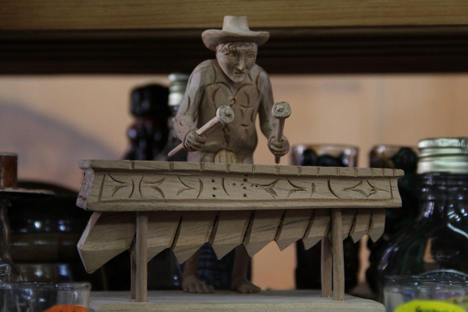 Desde Sololá, los productos tallados en madera parecieran más piezas de arte que artesanías(Foto: Alexis Batres/Soy502)