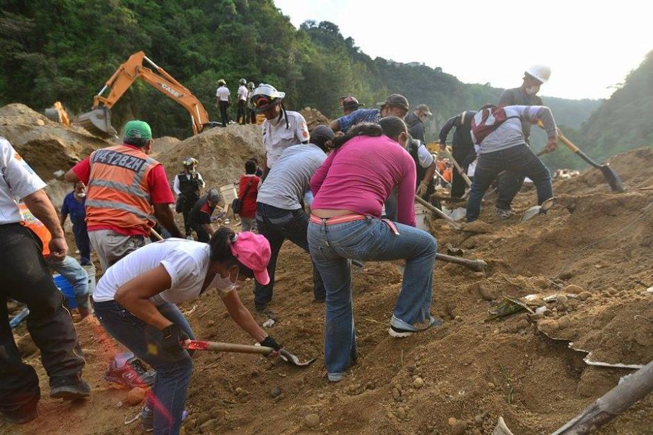 Hombres y mujeres son parte de los volutarios que apoyan en las labores de rescate de las víctimas.(Foto: Soy502/Wilder López)