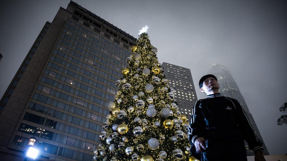 Así luce el árbol instalado en una plaza de Hong Kong, en China. (Foto: AFP)