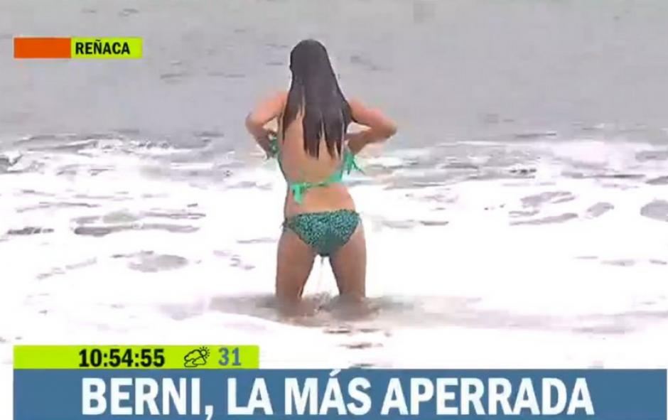 La periodista perdió la parte superior del bikini al meterse al mar. (Foto: YouTube)