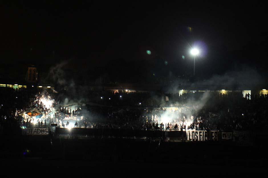 En el primer tiempo, el juego tuvo que interrumpirse debido a un apagón en el estadio Cementos Progreso. (Foto: José Dávila/Soy502)