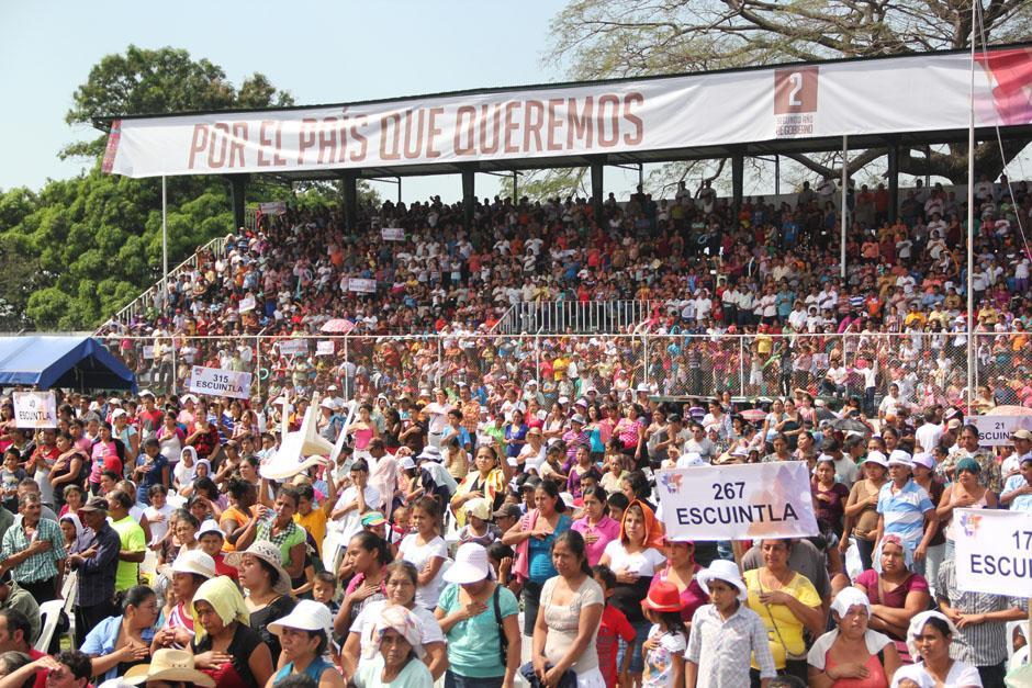 El público canta el Himno Nacional de Guatemala previo a iniciar el evento de rendición de cuentas del mandatario Otto Pérez.(Foto: Alexis Batres/Soy502)
