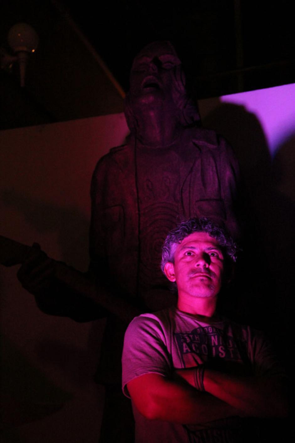 Rodrigo Álvarez, vocalista de Neurosis, realizador del evento y quien tallara la estatua de Kurt Cobain, observa el concierto. (Foto: Alexis Batres/Soy502)