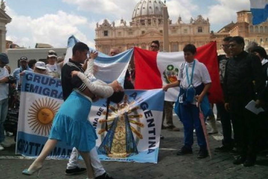Jorge Bergoglio bailó y cantó tango con al menos 50 argentinos en el Vaticano.