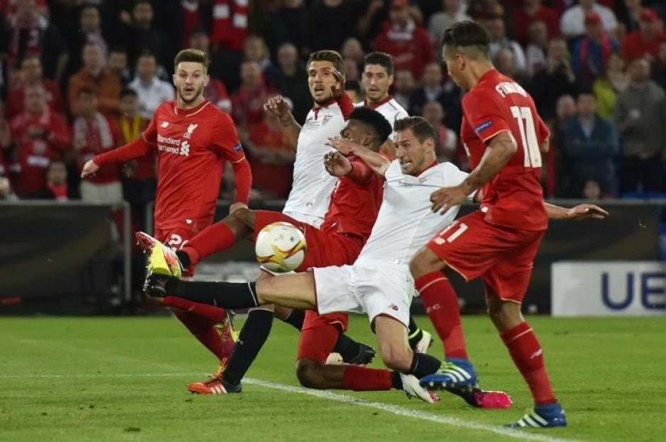 La zaga del Liverpool trató de contener la delantera sevillista. (Foto: AFP):