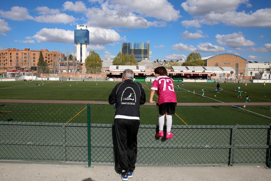 Osama Abdul Mohsen, establecido en España, se desempeña como entrenador de fútbol, tal y como lo hacía en su Siria natal. (Foto: Infobae)