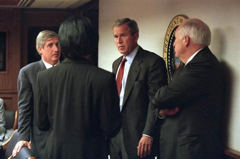 El presidente George W. Bush conversa con Cheney y la Consejera de Seguridad Nacional Condoleezza Rice y el jefe de la Casa Blanca en el Centro de Operaciones del Presidente. (Fotos:Telemundo)