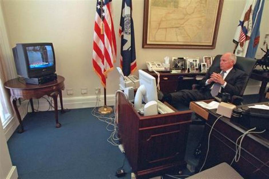 La televisión de la oficina del exvicepresidente en aquellos momentos muestra las Torres Gemelas humeando después de que Al Qaeda estrellara dos aviones contra ambos edificios.(Foto: David Bohrer/Archivos Nacionales)