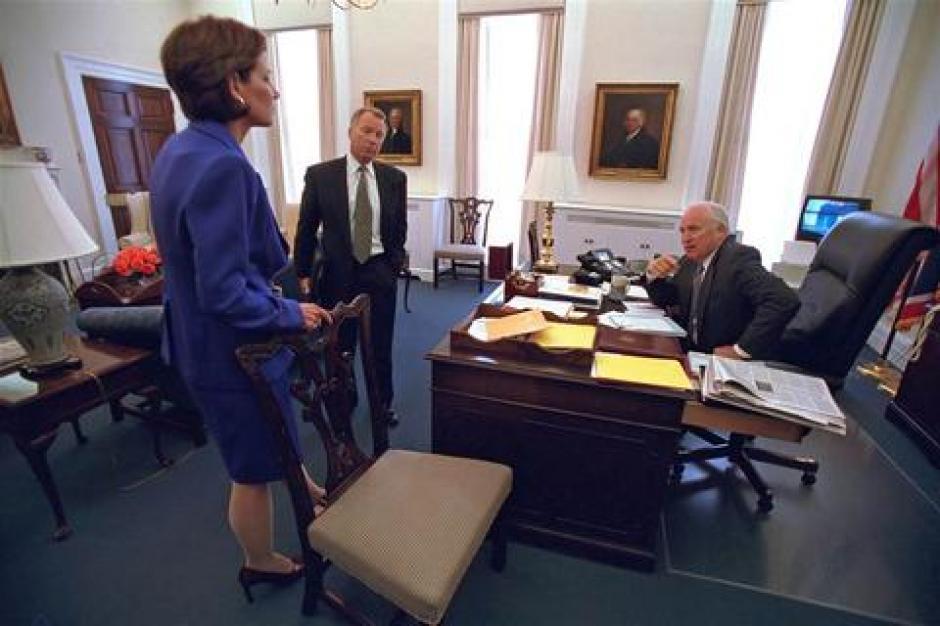 El vicepresidente Cheney habla con sus consejeros. En los televisores de la izquierda se pueden ver imágenes de los atentados. (Foto: David Bohrer/Archivos Nacionales)