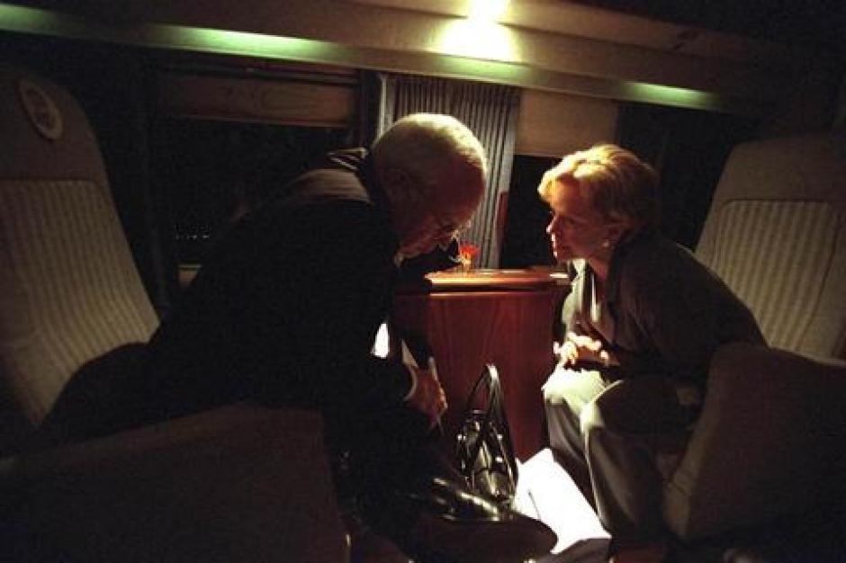 El vicepresidente Dick Cheney habla con su esposa Lynne Cheney a bordo del Marine Two en las horas siguientes a los ataques. (Foto: David Bohrer/Archivos Nacionales)