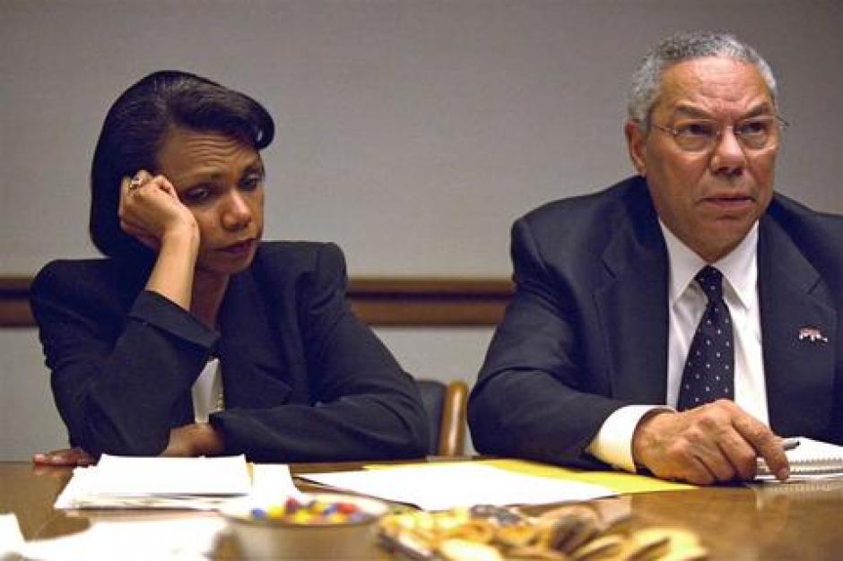 El Secretario de Estado Colin Powell y la Consejera de Seguridad Nacional Condoleezza Rice reunidos con otros miembros del gabinete presidencial en el Centro de Operaciones. (Foto: David Bohrer/Archivos Nacionales)