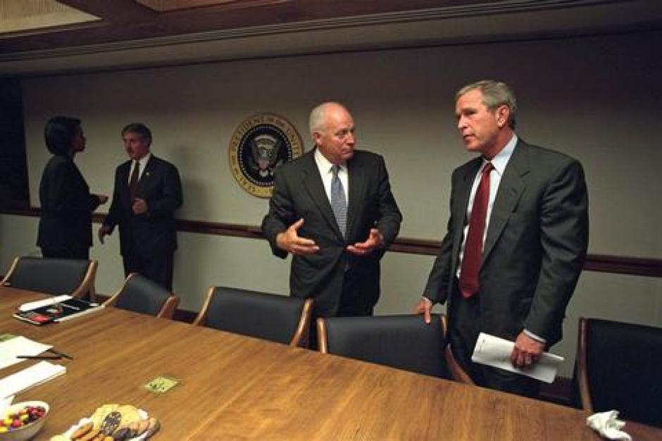 El presidente Bush habla con el vicepresidente Cheney. (Foto: David Bohrer/Archivos Nacionales)