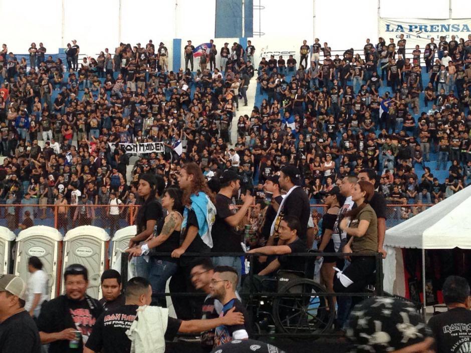 Decenas de guatemaltecos viajaron a El Salvador para el concierto de la banda Iron Maiden.
