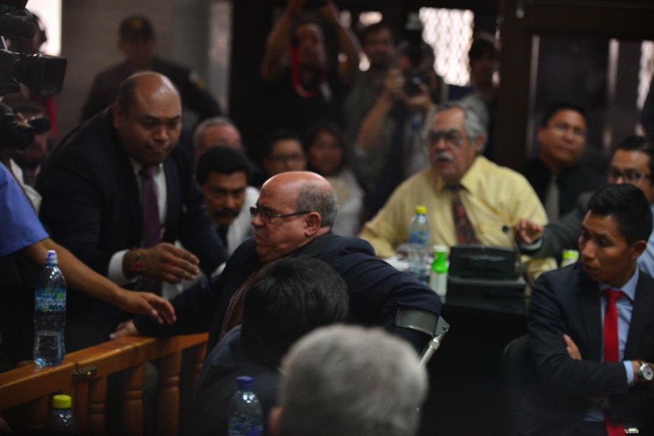 """Al querer salir de la sala, el abogado Mario Sanler cayó al suelo. Con este incidente terminó la audiencia de declaración de """"Eco"""", que no pudo concluir. (Foto: Wilder López/Soy502)"""