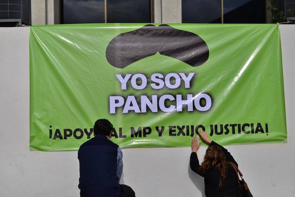 Colocan mantas en las afueras de la Torre de Tribunales en donde exigen justicia en el caso del abogado Francisco Palomo. (Foto: Wilder López/ Soy502)