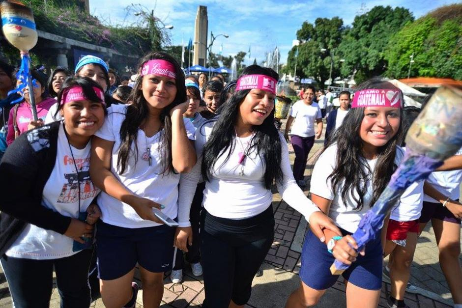 Un grupo de jovencitas se une a esta festividad y le pone ambiente al recorrido patrio.(Foto: Wilder López/Soy502)