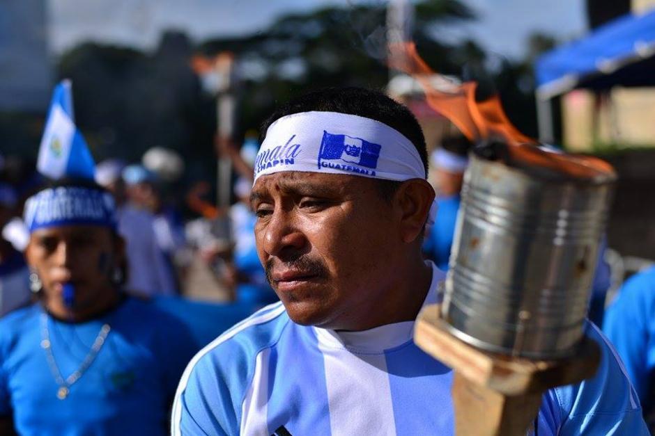 Los adultos dan el ejemplo a los pequeños sobre las actividades para conmemorar el 194 aniversario de independencia de Guatemala.(Foto: Wilder López/Soy502)