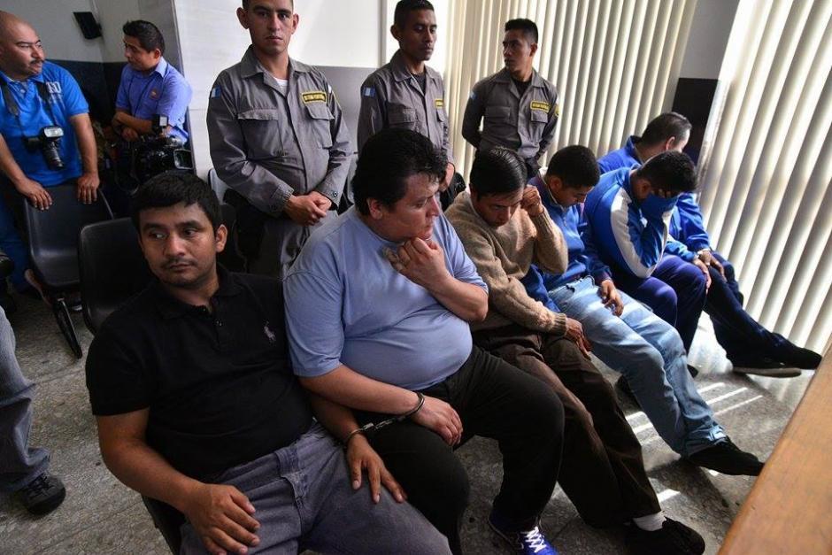 Los seis sindicados por la muerte del abogado Francisco Palomo a la espera del inicio la audiencia de primera declaración. (Foto: Wilder López/ Soy502)