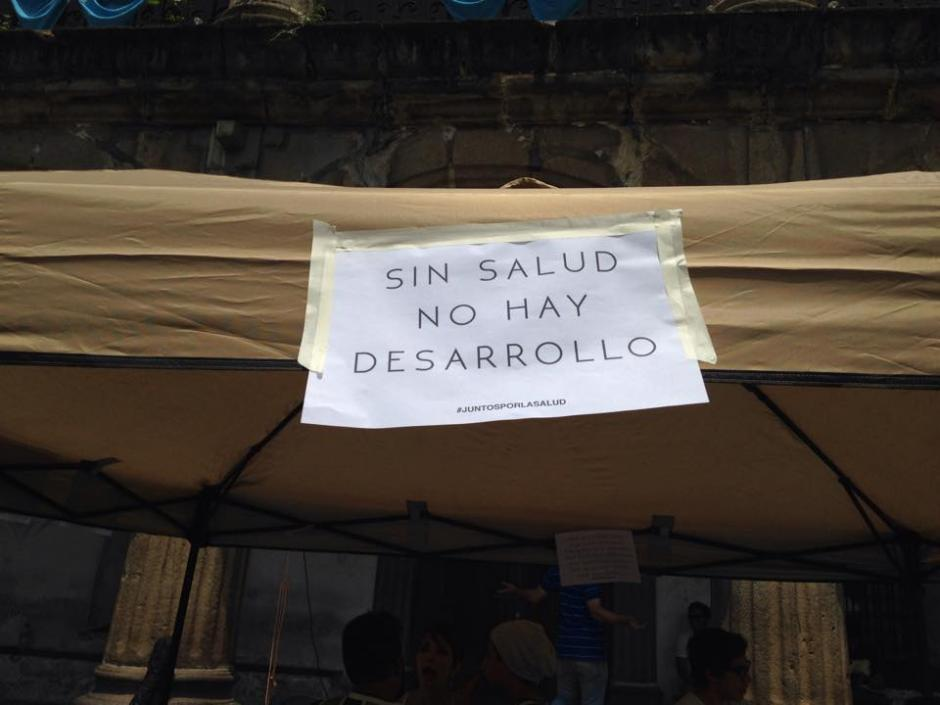 Los voluntarios recopilaban insumos en el Parque Central de La Antigua Guatemala.(Foto: Fredy Hernández/Soy502)