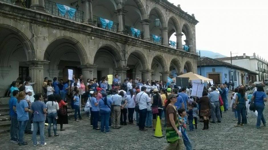 Decenas de personas participaron en la caminata que se realizó en Antigua Guatemala en protesta por la falta de insumos en el hospital de la localidad.