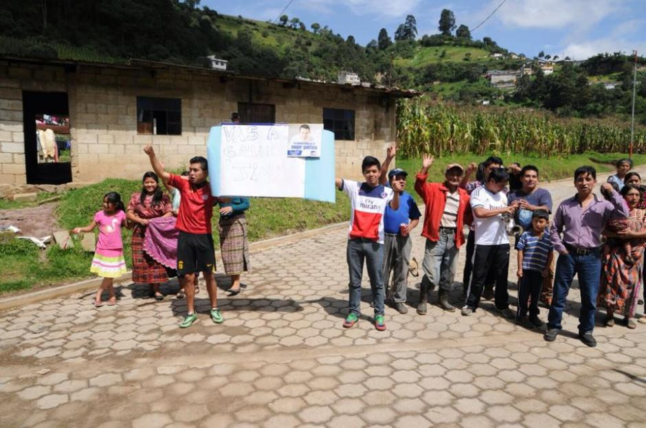 """Consignas de """"Vas a ganar"""" le acompañaron en su visita a los municipios de San Marcos y Quetzaltenango.(Foto: Erik Sor)"""