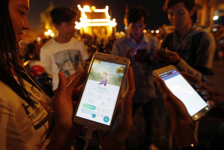 Varios camboyanos juegan a Pokémon Go cerca del Palacio Real en Phnom Penh (Camboya). (Foto: EFE)
