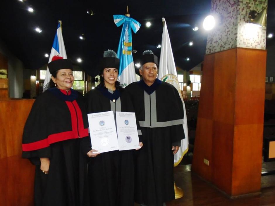 La futbolista guatemalteca Ana Lucía Martínez junto a sus padrinos en su acto de graduación.(Foto: Cortesía)