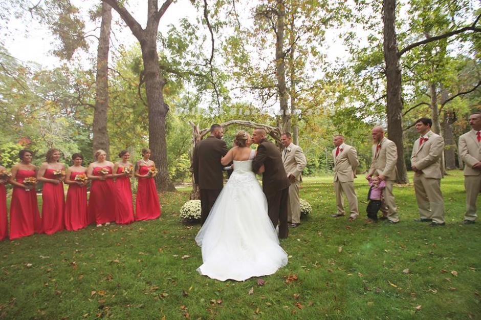Brittany fue muy afortunada al llegar al altar de la mano de su padre y su padrastro. (Foto: Facebook Delia Blackburn)
