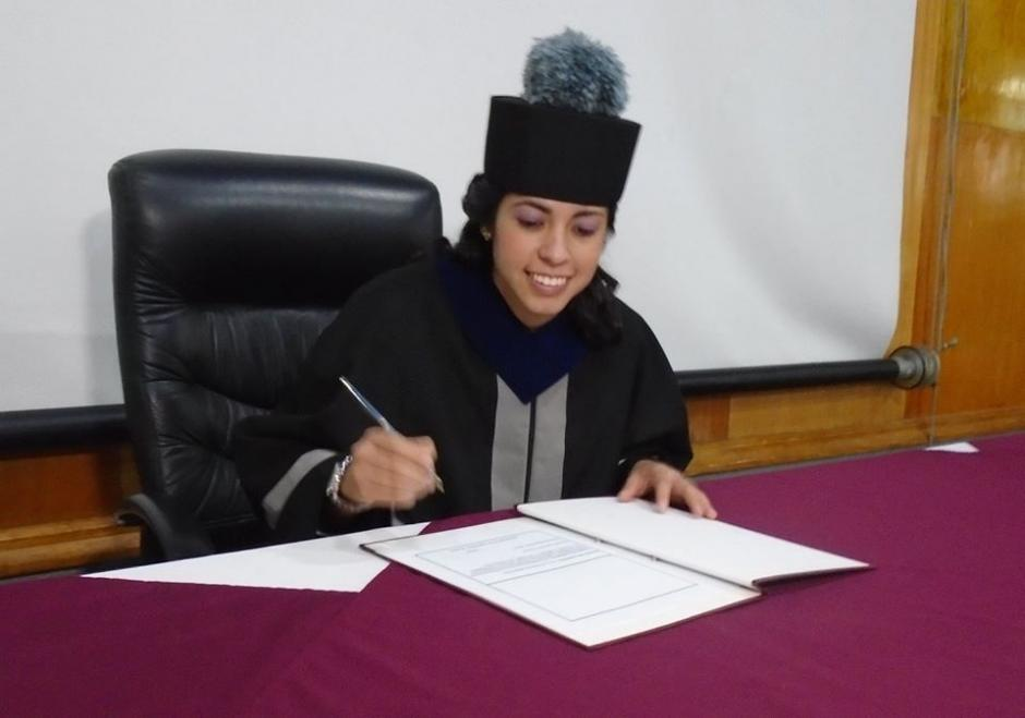 La futbolista profesional guatemalteca, Ana Lucía Martínez, firma el acta en su graduación como ingeniera por la Usac.(Foto: Cortesía)