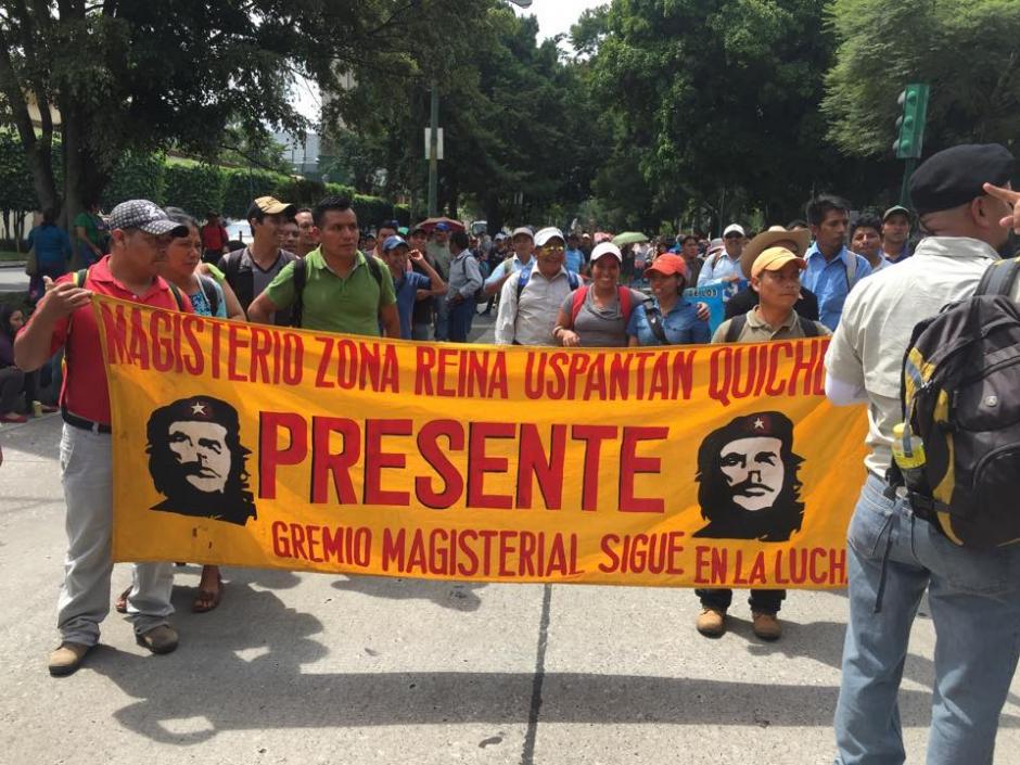 Un grupo de maestros de Quiché participan en la manifestación que se dirige al Congreso de la República. (Foto: Jesús Alfonso/Soy502)