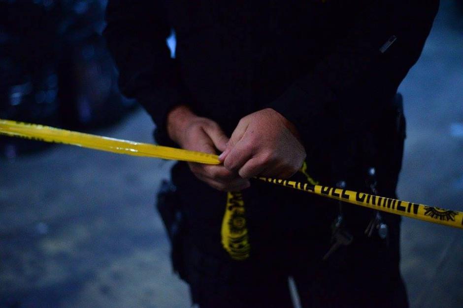 Colocan una cinta para resguardar la escena del crimen, donde murió un recluso a consecuencia de heridas de arma blanca. (Foto: Wilder López/Soy502)