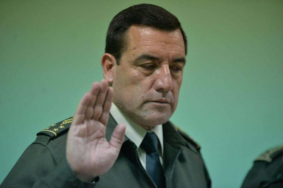 Williams Mansilla, ministro de la Defensa, levanta la mano durante su juramentación. (Foto: Wilder López/Soy502)