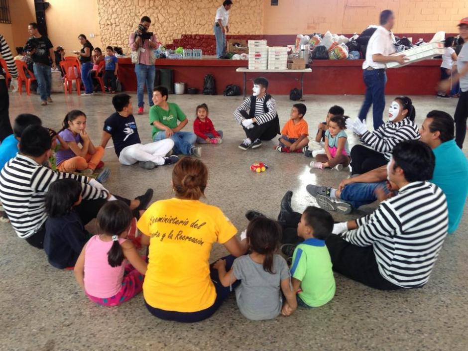Niños que se encuentran en el albergue en el Salón Comunal en Santa Catarina Pinula reciben apoyo terapeútico luego de la tragedia en Cambray. (Foto: Fredy Hernández/Soy502)