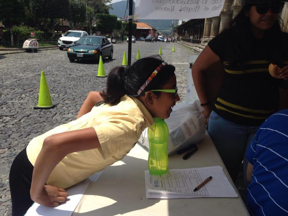 Una niña participó en la actividad de apoyo al hospital nacional.(Foto: Fredy Hernández/Soy502)