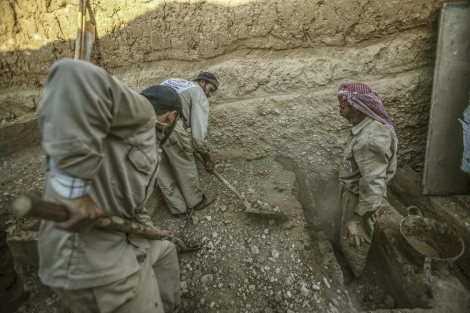 Los civiles comienzan a cavar nuevas fosas para las víctimas. (Foto: EFE)