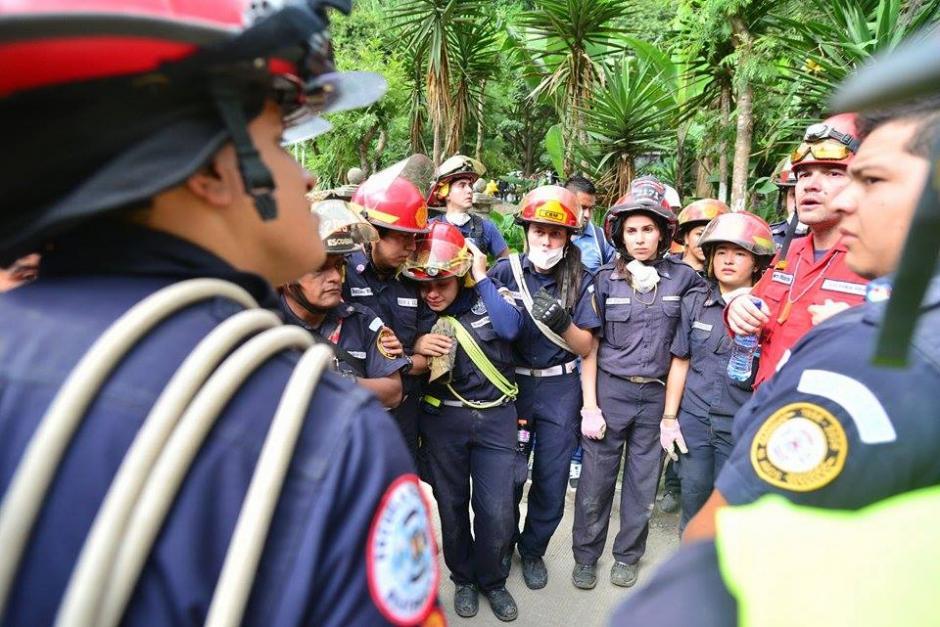 El cuerpo fue encontrado por los compañeros de la joven rescatista. Los bomberos lloraron desconsolados por la muerte de su colega. (Foto Wilder López/Soy502)