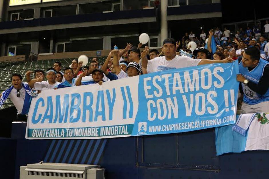 Los aficionados guatemaltecos en Los Ángeles, California, mostraron su solidaridad con las víctimas del derrumbe en El Cambray II. (Foto: Fedefutbol)