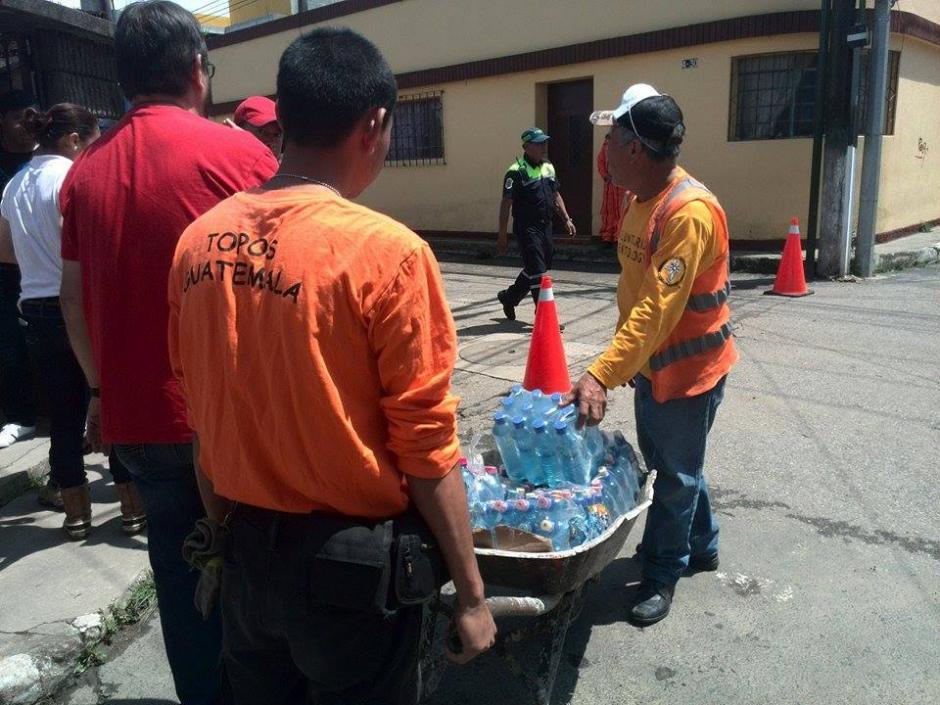 """El pequeño grupo de rescatistas """"Los Topos"""" ayudó a los afectados por el alud en Santa Catarina Pinula. (Foto: Gustavo Méndez/Soy502)"""