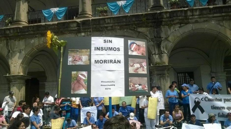 Los médicos del Hospital Nacional Pedro de Bethancourt además de realizar la caminata, recolectan insumos en el Parque Central de Antigua Guatemala. (Pedro Samayoa/Bomberos ASEI)