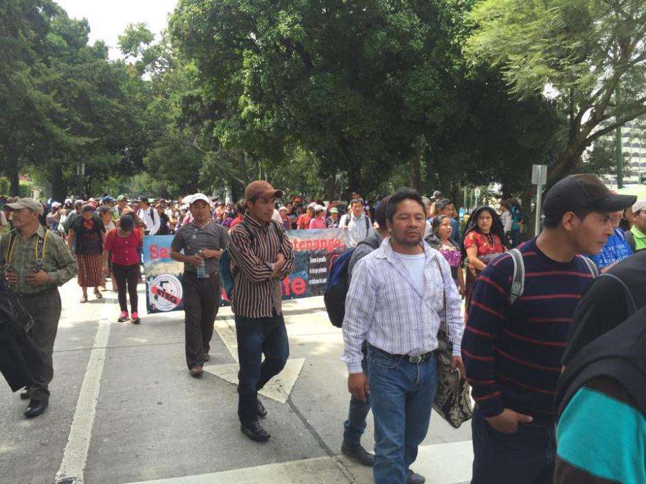 Maestros de varios departamentos del país participan en una manifestación pacífica que se dirige al Congreso de la República. (Foto: Jesús Alfonso/Soy502)