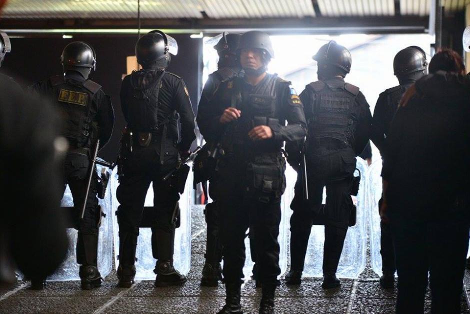 Agentes de las Fuerzas Especiales de la Policía resguardan el lugar donde ocurrió un enfrentamiento entre pandilleros. (Foto: Wilder López/Soy502)