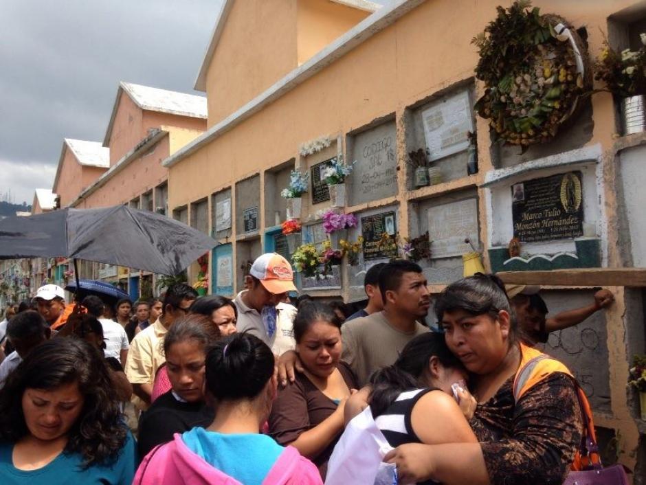 Los deudos están desconsolados ante la tragedia en El Cambray. (Foto: Juan Manuel Vega/Soy502)