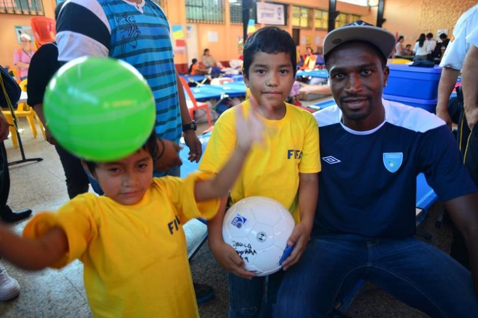 El defensa Dennis López compartió con los niños que se encuentran en el albergue del Salón Municipal de Santa Catarina Pinula.(Foto: Jesús Alfonso/Soy502)