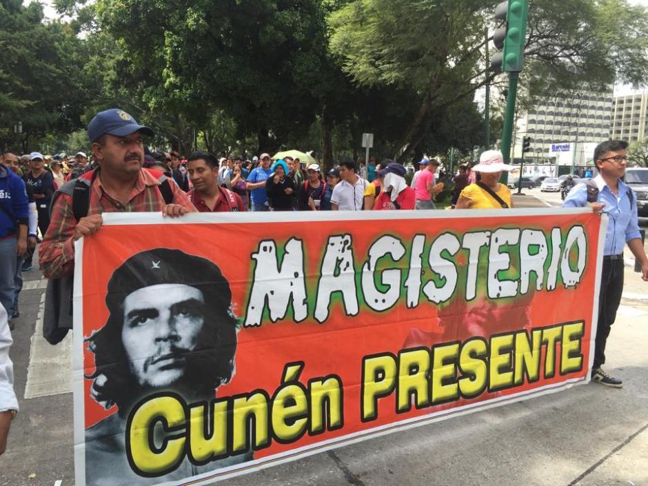 Un grupo de maestros provenientes de varios departamentos del país participan en una manifestación pacífica. (Foto: Jesús Alfonso/Soy502)