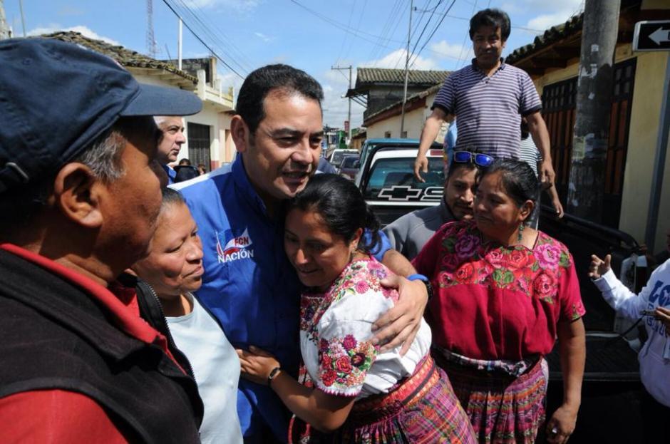 Los vecinos quisieron abrazar y saludar al candidato.(Foto: Erik Sor)