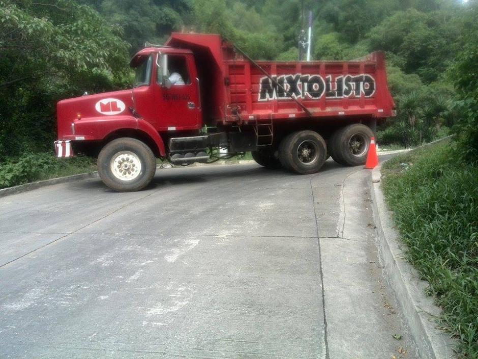 Debido a que los camiones dejan tierra en la ruta, otros derrapan sobre el asfalto y corren peligro.(Foto: Gustavo Méndez/Soy502)