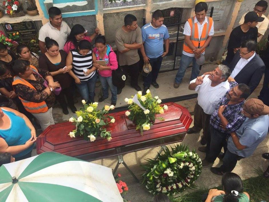 Amigos de Pamela Jerónimo son quienes acompañaron a su hermana en el entierro ya que toda la familia también falleció en la catástrofe. (Foto: Juan Manuel Vega/Soy502)
