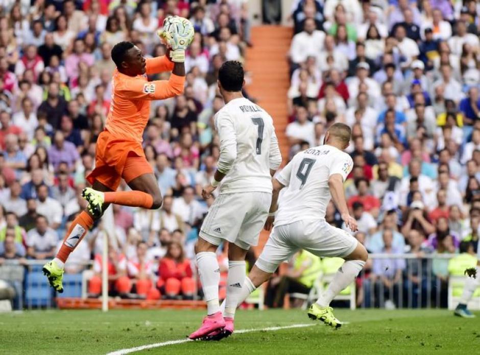 El portero de Málaga, Kameni, le quitó en varias ocasiones el grito de gol a Real Madrid, cuando falló él, apareció su defensa para llevarse un punto del Santiago Bernabéu. (Foto: AFP)
