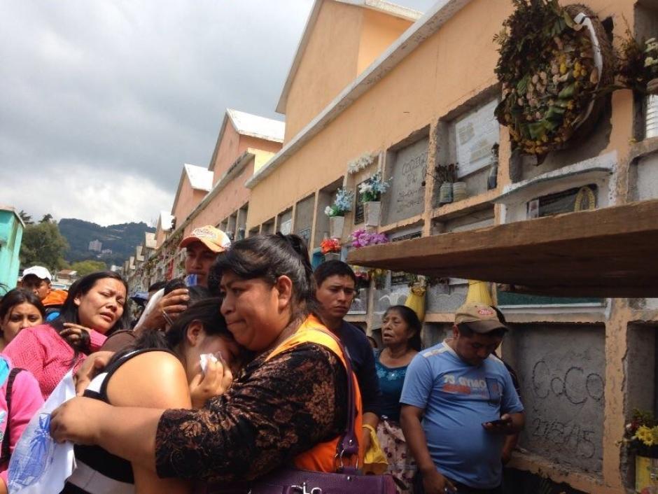 El dolor de los deudos es evidente durante los primeros funerales del sábado. (Foto: Juan Manuel Vega/Soy502